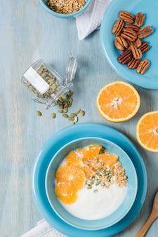 Bovenaanzicht smakelijke ontbijtkom met sinaasappel