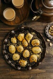 Bovenaanzicht smakelijke pakistaanse maaltijd