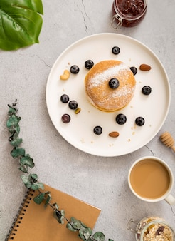 Bovenaanzicht smakelijke pannenkoeken met bessen
