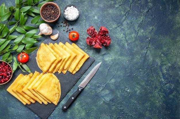 Bovenaanzicht smakelijke pannenkoeken op blauwe achtergrond taart vlees zoet gebak deeg kleur taart bak