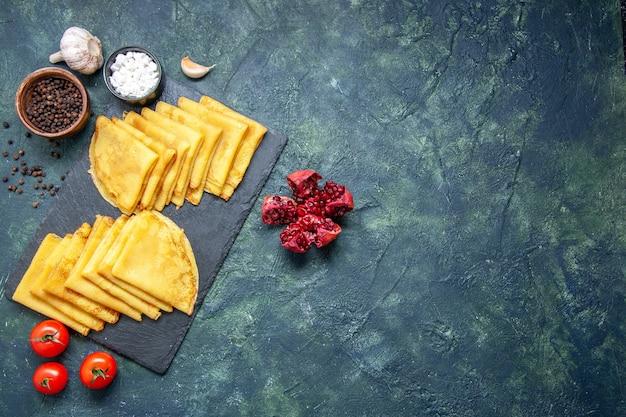 Bovenaanzicht smakelijke pannenkoeken op blauwe achtergrond vlees zoet ontbijt bakken gebak taart deeg kleur taart