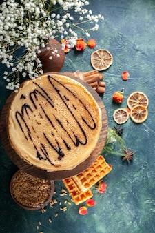 Bovenaanzicht smakelijke pannenkoeken op donkerblauwe achtergrond honing ochtendtaart cake ontbijt melk dessert zoet