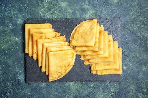Bovenaanzicht smakelijke pannenkoeken op een blauwe achtergrond ontbijt taart deeg cake bak gebak zoete kleur vlees