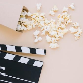 Bovenaanzicht smakelijke popcorn met film filmklapper