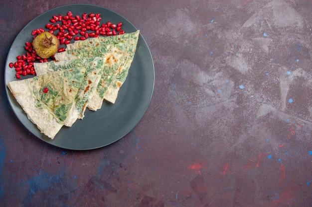 Bovenaanzicht smakelijke qutabs gekookte deegstukken met greens binnen op zwart