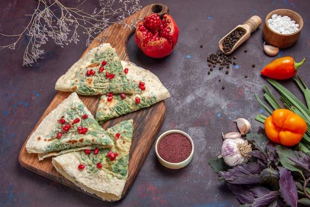 Bovenaanzicht smakelijke qutabs gekookte deegstukken met groenen op zwart