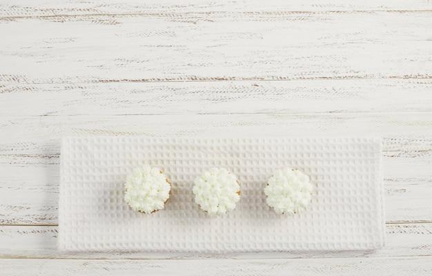 Bovenaanzicht smakelijke room cupcakes