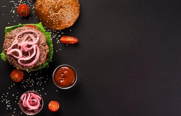 Bovenaanzicht smakelijke rundvlees hamburger met ketchup saus