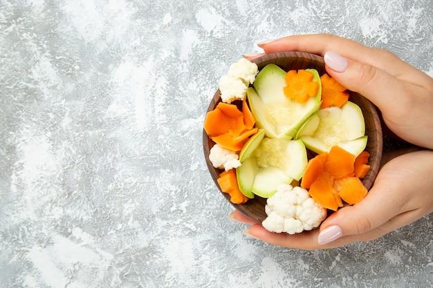 Bovenaanzicht smakelijke salade binnen plaat op witte achtergrond maaltijd gezondheid salade groenten