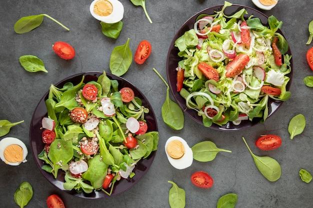 Bovenaanzicht smakelijke salade met gekookte eieren