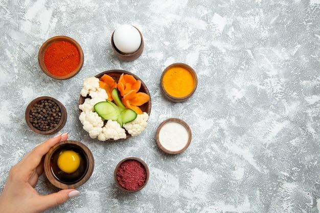 Bovenaanzicht smakelijke salade met kruiden op licht-witte achtergrond salade plantaardige maaltijd voedselgezondheid