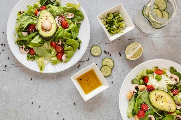 Bovenaanzicht smakelijke salade met limoen en avocado