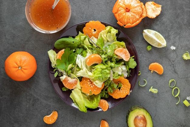 Bovenaanzicht smakelijke salade met mandarijn