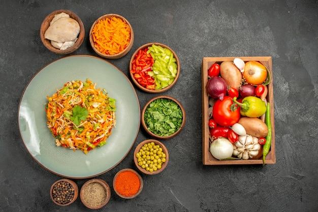 Bovenaanzicht smakelijke salade met verse groenten op grijze maaltijd gezondheidsvoeding dieet