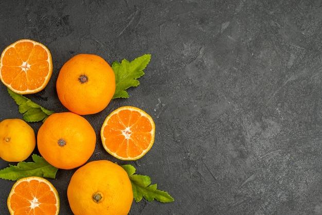Bovenaanzicht smakelijke sappige mandarijnen op de donkere achtergrond