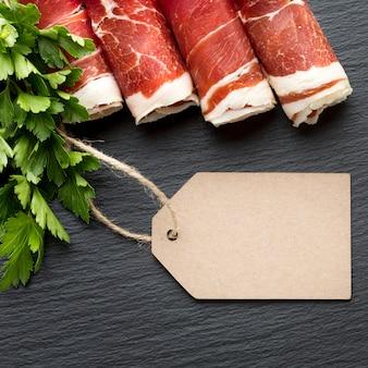 Bovenaanzicht smakelijke selectie van varkensvlees met peterselie