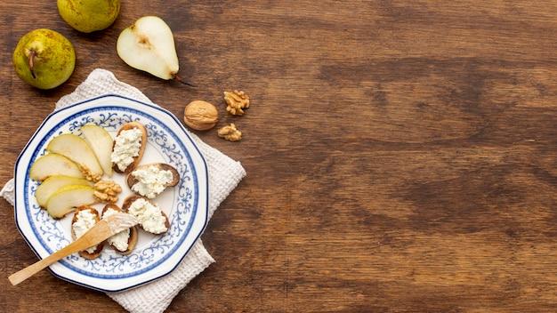 Bovenaanzicht smakelijke snacks met kopie ruimte