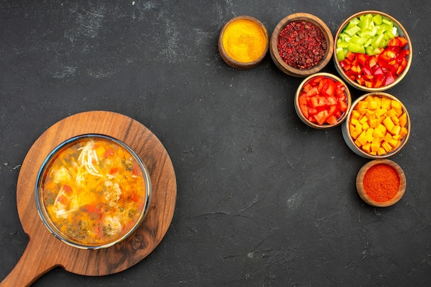 Bovenaanzicht smakelijke soep met vers gesneden peper op grijze achtergrond soep maaltijd eten vlees kruiden pittig