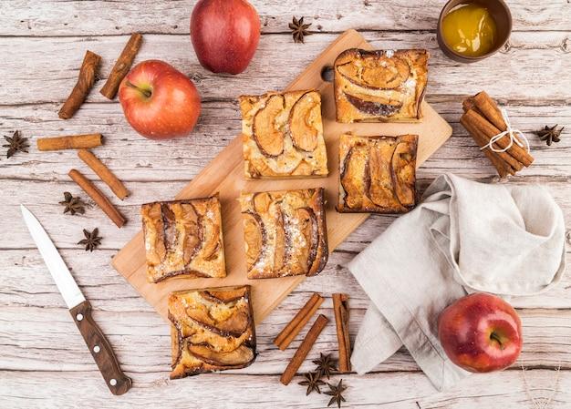 Bovenaanzicht smakelijke stukjes cake en appels