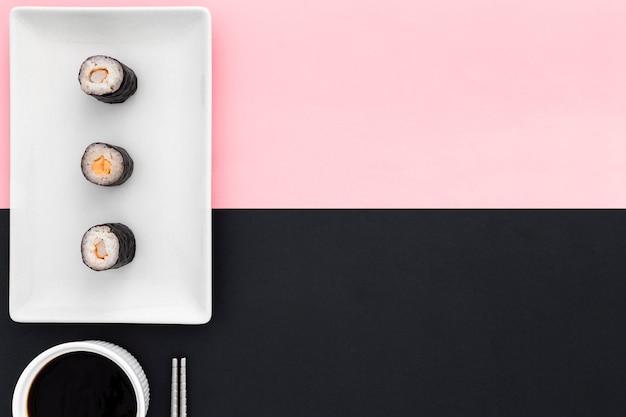 Bovenaanzicht smakelijke sushi rolt met kopie ruimte