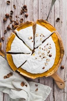 Bovenaanzicht smakelijke taart op houten achtergrond