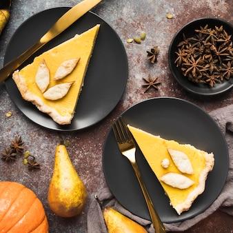 Bovenaanzicht smakelijke taartschijf op zwarte platen