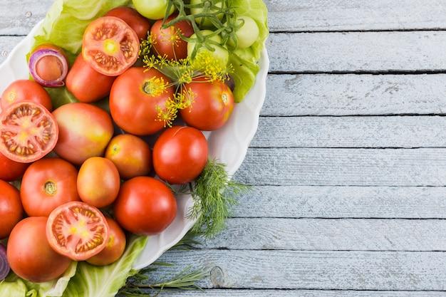 Bovenaanzicht smakelijke tomaten plaat met kopie ruimte