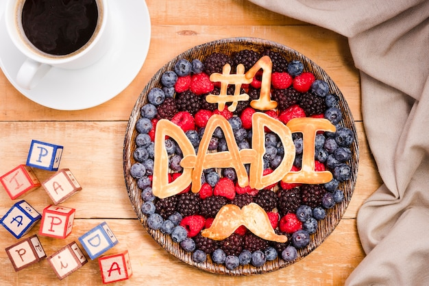 Bovenaanzicht smakelijke vaderdag dessert