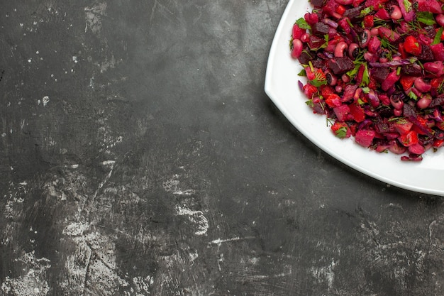 Bovenaanzicht smakelijke vinaigrette salade met bieten en bonen op grijze ondergrond