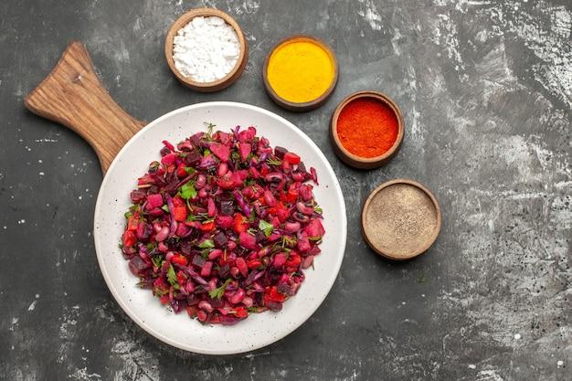 Bovenaanzicht smakelijke vinaigrette salade met bonen en bieten op grijze ondergrond