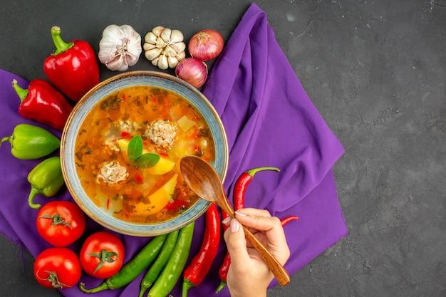 Bovenaanzicht smakelijke vlees soep met verse groenten op donkere tafel foto schotel eten