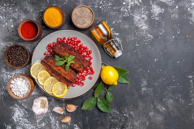 Bovenaanzicht smakelijke vleeskoteletten met kruiden op grijze achtergrond maaltijd eten diner