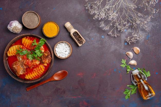 Bovenaanzicht smakelijke vleessaus met kruiden op zwart Gratis Foto