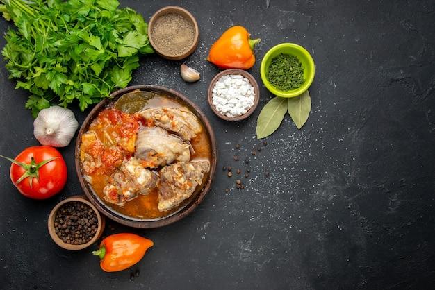 Bovenaanzicht smakelijke vleessoep met greens op donker vlees kleur foto grijze saus maaltijd warm eten diner schotel