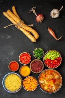 Bovenaanzicht smakelijke vleessoep met groenten en kruiden op grijs bureau salade soep maaltijd eten diner