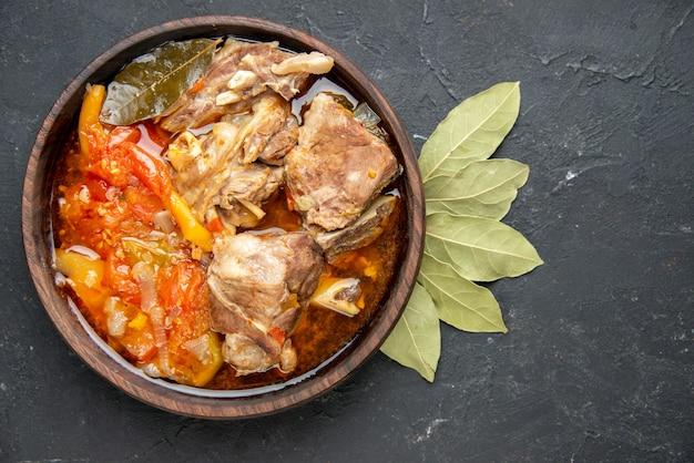 Bovenaanzicht smakelijke vleessoep met groenten op donkere kleur grijze saus maaltijd warm eten vlees aardappel foto diner schotel