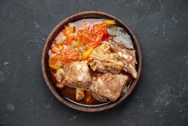 Bovenaanzicht smakelijke vleessoep met groenten op donkere saus maaltijdschotel warm eten vlees aardappel kleur foto diner keuken