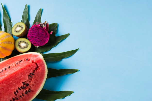 Bovenaanzicht smakelijke watermeloen met exotisch fruit
