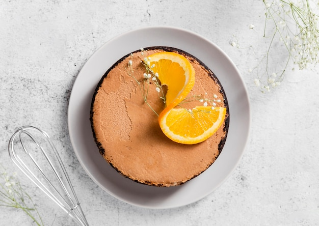 Bovenaanzicht smakelijke zelfgemaakte cake met stukjes sinaasappel