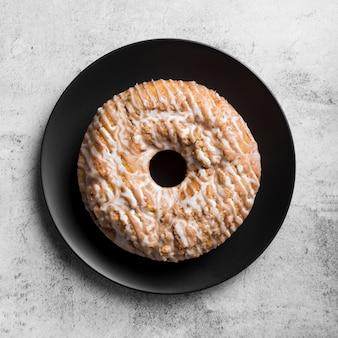 Bovenaanzicht smakelijke zelfgemaakte cake op een bord