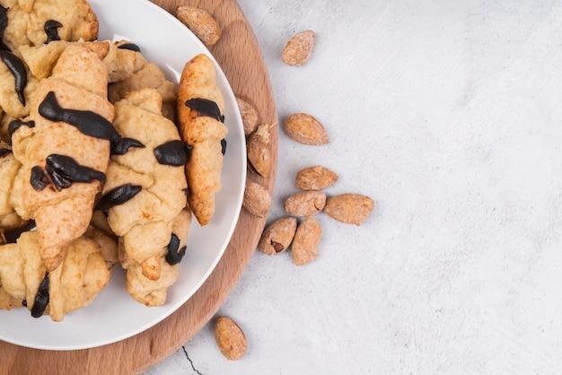 Bovenaanzicht smakelijke zelfgemaakte croissants en amandelen