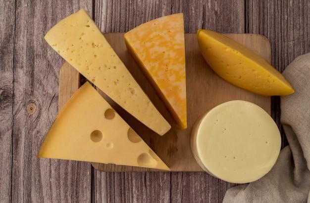 Bovenaanzicht smakelijke zelfgemaakte kaas op de tafel