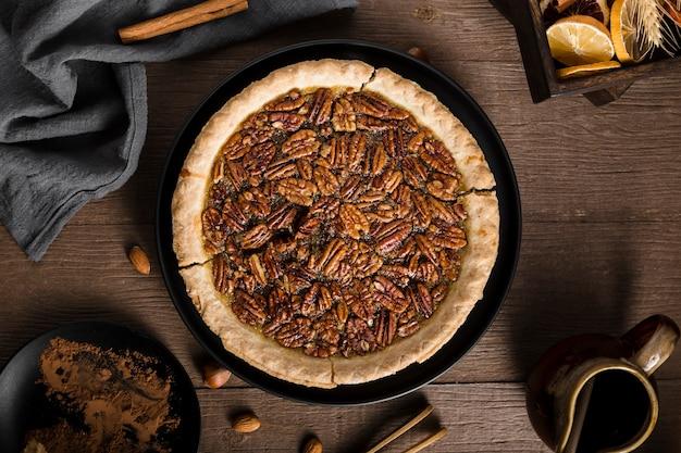 Bovenaanzicht smakelijke zelfgemaakte pecannoot taart op de tafel