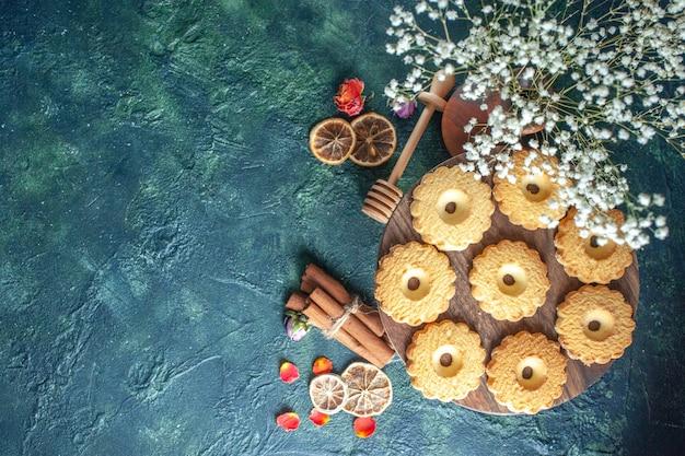 Bovenaanzicht smakelijke zoete koekjes op donkere achtergrond dessert biscuit suiker zoete pauze deeg thee taart taart
