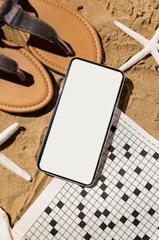 Bovenaanzicht smartphone en sandalen