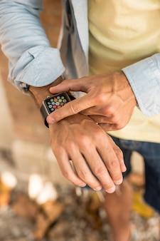 Bovenaanzicht smartwatch op de arm van de man