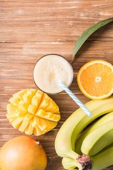 Bovenaanzicht smoothie met bananen en sinaasappels