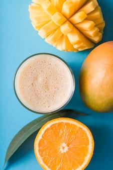 Bovenaanzicht smoothie met mango en sinaasappel