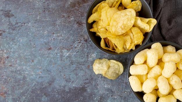 Bovenaanzicht snacks met kopie ruimte