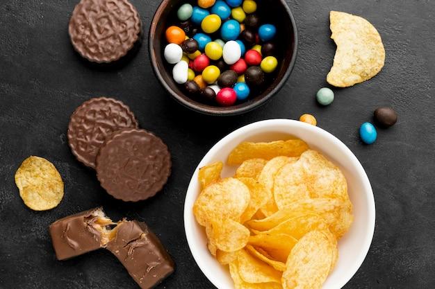Bovenaanzicht snacks op het bureau
